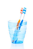 Cepillos de dientes en vidrio plástico azul Imagen de archivo