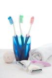 Cepillos de dientes en vidrio, toalla y cuchilla azules Imagen de archivo