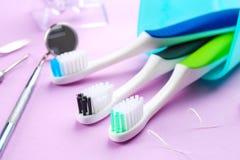 Cepillos de dientes, instrumentos dentales y seda Fotografía de archivo