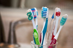 Cepillos de dientes para la familia Foto de archivo