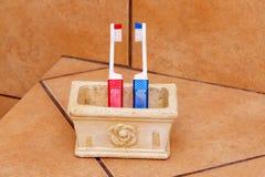 Cepillos de dientes rojos y azules Imágenes de archivo libres de regalías