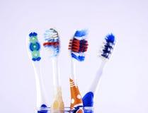 Cepillos de dientes sobre un vidrio Foto de archivo libre de regalías