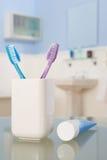 Cepillos de dientes y crema dental Imágenes de archivo libres de regalías