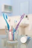 Cepillos de dientes y crema dental Fotografía de archivo
