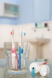Cepillos de dientes y crema dental Foto de archivo