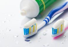 Cepillos de dientes y crema dental Fotos de archivo libres de regalías