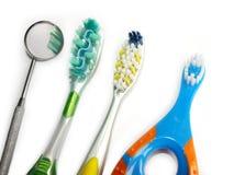 Cepillos de dientes y espejo dental Imagenes de archivo