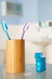 Cepillos de dientes y seda dental Fotos de archivo libres de regalías