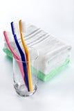 Cepillos de dientes y toallas Foto de archivo
