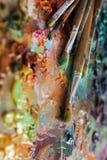 cepillos de los artistas y pinturas de aceite en la paleta de madera fotos de archivo