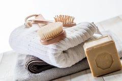 Cepillos de madera, jabón sólido y toallas para el baño amistoso verde Foto de archivo