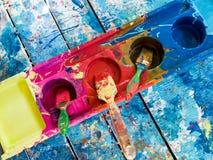 Cepillos de pintura en bandeja plástica Imagenes de archivo