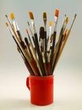 Cepillos de pintura en una taza Fotos de archivo libres de regalías