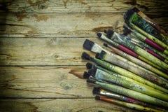 Cepillos de pintura gastados en la madera Fotografía de archivo libre de regalías