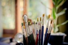 Cepillos del arte en un fondo colorido Foto de archivo libre de regalías