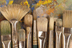 Cepillos del artista en la paleta Imagen de archivo