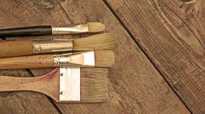 Cepillos del artista en un banco de trabajo Imágenes de archivo libres de regalías