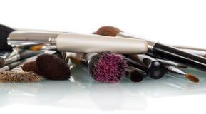 Cepillos del cosmético para el maquillaje aislados en blanco fotos de archivo
