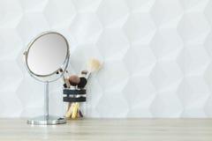Cepillos del espejo y del maquillaje fotografía de archivo