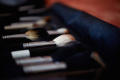 Cepillos del maquillaje con las cerdas naturales en caja oscura Foto de archivo libre de regalías
