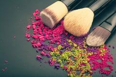 Cepillos del maquillaje con sombreador de ojos del maquillaje Fotografía de archivo libre de regalías