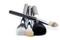 Cepillos del maquillaje en blanco Fotos de archivo
