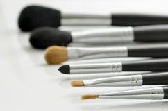 Cepillos del maquillaje en blanco Imágenes de archivo libres de regalías