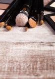 Cepillos del maquillaje en cierre encima de la foto Imagen de archivo libre de regalías