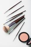 Cepillos del maquillaje en el fondo blanco imagenes de archivo