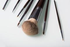 Cepillos del maquillaje en el fondo blanco foto de archivo