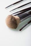 Cepillos del maquillaje en el fondo blanco fotografía de archivo libre de regalías