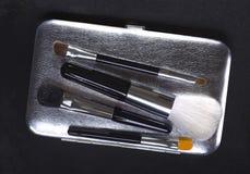 cepillos del maquillaje en fondo oscuro Fotografía de archivo libre de regalías
