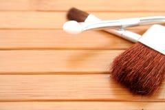 Cepillos del maquillaje en la madera Fotografía de archivo libre de regalías