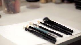 Cepillos del maquillaje en la tabla almacen de video