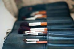 Cepillos del maquillaje en sostenedor Fotografía de archivo