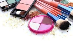 Cepillos del maquillaje en sostenedor y cosméticos Foto de archivo libre de regalías