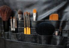 Cepillos del maquillaje en un bolso Fotografía de archivo
