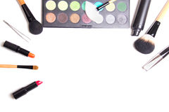 Cepillos del maquillaje, paleta colorida del sombreador de ojos e isolat de los lápices labiales fotos de archivo