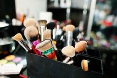 Cepillos del maquillaje y herramientas profesionales del maquillaje Fotografía de archivo