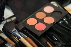 Cepillos del maquillaje y paleta del sombreador de ojos Fotos de archivo