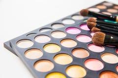 Cepillos del maquillaje y sombras de ojo del maquillaje Fotografía de archivo