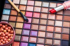 Cepillos del maquillaje y sombras de ojos coloridos del maquillaje Fotografía de archivo