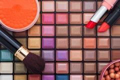 Cepillos del maquillaje y sombras de ojos coloridos del maquillaje Imagen de archivo libre de regalías