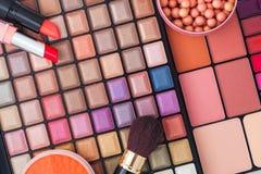 Cepillos del maquillaje y sombras de ojos coloridos del maquillaje Foto de archivo libre de regalías