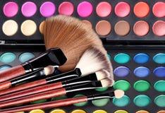 Cepillos del maquillaje y sombras del maquillaje Foto de archivo libre de regalías