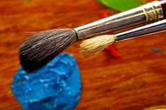Cepillos del ` s del pintor de aceite y color azul Foto de archivo