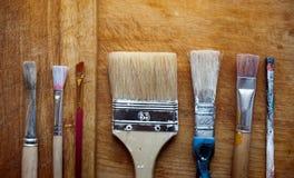 Cepillos en un tablero de madera Foto de archivo