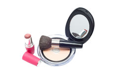 Cepillos, lápiz labial rosado y polvo con el espejo Imágenes de archivo libres de regalías