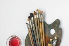 Cepillos, paleta, tubos con la pintura y solvente imagen de archivo libre de regalías