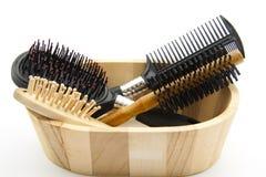Cepillos para el pelo en caja de madera Imagen de archivo